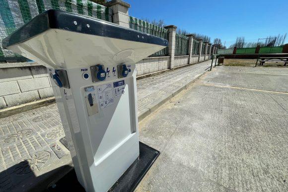 El área de autocaravanas de Saldaña incorpora un borne eléctrico para dotar de suministro eléctrico a los autocaravanistas